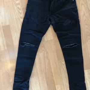 Ett par riktigt snygga jeans som tyvärr inte passar längre. Dom är från jack and Jones och är i storlek 27 30 och är i lite stretch material. Hör av er om de är något?