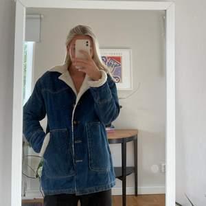 Vintage-liknande jeanskappa med teddyfoder från Zara, passar mig som är en S. Ärmarna går att vika ner om man vill det. Säljs för 180kr + frakt!🧡