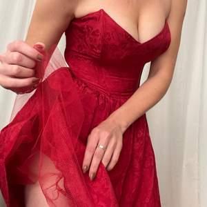 En fantastik, sexig och romantisk djupröd klänning, köpt vintage i Edinburgh och är från 90s TOPSHOP. Superfint skick, trots år på nacken. Bra passform då att den stannar uppe, knälång, passar S/M. Har ett lager tyllkjol. Jag har tyvärr aldrig använt den, men känner att den vore otroligt fin på fest, middagar, bal! Romantisk dejt! Ta den med på äventyr 💋❤️