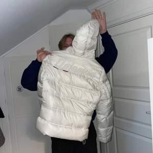 Säljer denna as cleana dolomite jacka då den är för liten för mig😩 storlek xl men är dam storlek så sitter som s/m. Perfekt vinterjacka av väldigt bra kvalite.