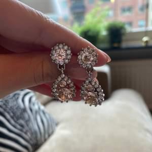 Jättefina örhängen från Lily and Rose i silver med rosa stenar. Väldigt fina💗💗