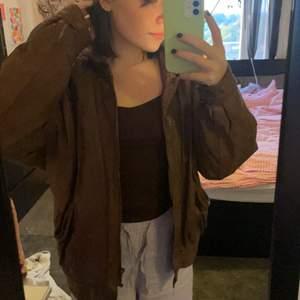 Jätte snygg brun läder jacka! Köpt second hand! Den har lite axelvadd. Och är i bra skick!