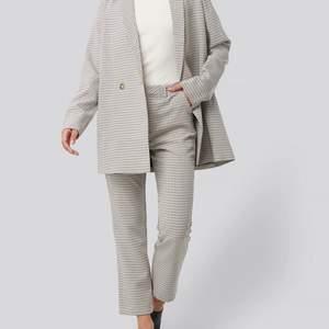 OBS, ett set med både blazer och kostymbyxor.                   Blazer och kostymbyxor säljes i ett fint set från Rut&Circle. Byxorna är aldrig använda och blazern är använd 1 gång. Orginal pris för blazern är 599kr och 499kr för byxorna. Strl S i blazer och M i kostymbyxorna.