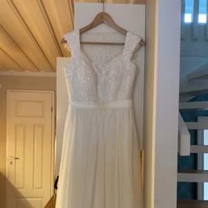 En jätte fin vit lång klänning som passar till fester,bal,student och dop den är så fin och använd bara en gång och den ser som ny ut det är i storlek 38 och är så fin och elegant tycker jag och den har en jätte fin bak jag säljer den för 900 och orginial pris är 1700