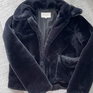 säljer en päls jacka ( inte äkta päls ) ifrån vila, super varm och skön till vintern-hösten! Skick som ny!