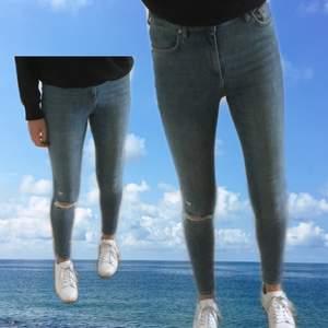 Ett par blåa skinny jeans i storlek 27/S. Står att de är high-waist men skulle säga att de är mer mid-waist. Köpta second hand för något år sedan men aldrig använt. Jag är ungefär 170cm för referense :)
