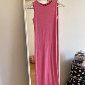 Ribbad långklänning från Chiquelle. Helt oanvänd med prislapp kvar. Storlek XS, passar S! Kan mötas upp i Göteborg eller posta (köparen står för frakten).