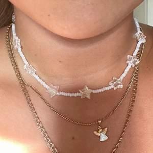 Säljer pärlhalsband som jag gör själv. Detta halsband med stjärnor kostar 55kr. Kolla gärna in min profil för flera erbjudanden. Kontakta vid intresse:)