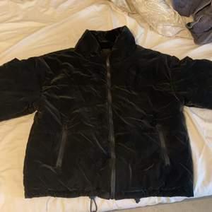 Köpte denna supersnygga sammetsjackan på asos från stradivarius, den är inte för varm för vintern men den är perfekt för hösten och perfekt med en hoodie under 🌟❤️💞 kan försöka skicka bättre bild men det är lite svårt, ja köpte den för 550 på asos men säljer för 300