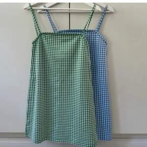 Superfin ljusblå gingham mönstrad klänning köpt här på plick! Fint skick, frakt tillkommer🤍🤍 (lånad första & andra bild från förra säljaren!)