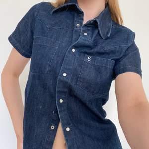 Så snygg vintage kortärmad skjorta i jeansmaterial. Frakt står köparen för