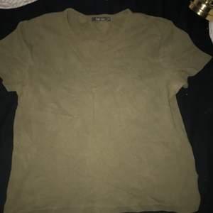 En jätte fin bara vanlig oversize grön tröja som är väldigt fairy core eller fairy grunge, jätte bra skick