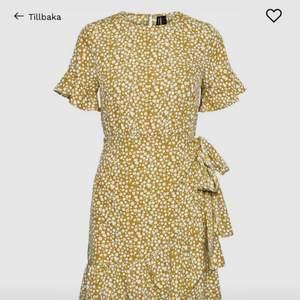 Gul klänning från vero moda som jag nu säljer pågrund av att jag aldrig använder klänningar köptes bara pågrund av att jag ville ha en eftersom sånna här klänningar är väldigt inne just nu. Köptes för ungefär 2 månader sen och har aldrig använts, Sorry för dåliga bilder om du vill ha mer så finns det på deras hemsida. Köpes för 400 säljer för 200 + frakt men kan alltid förhandla om priset ifall det skulle vara så.