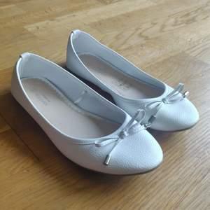 Supersöta ballerinaskor som knappt använts pga att de är lite för små för mig.                                                        Köparen står för eventuell frakt 😊