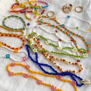 Säljer handpärlade halsband, armband och fotlänkar med valfri design. Smyckena är tillverkade med elastisk tråd! Bilderna är inspiration/exempel på vad jag gör. Tanken är att man själv önskar en design 🌼 Frakt är inräknat i priserna:                        Halsband stora pärlor: 40 kr (små pärlor: 50 kr)                   Fotlänk stora pärlor: 35 kr (små pärlor: 45)                   Armband stora pärlor: 25 kr (små pärlor: 35)                      ⭐️Tillägg!⭐️                                               Pärlade blommor: + 5 kr                                                     Snäcka: + 10 kr