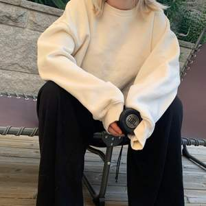 Så fin sweatshirt i lite vitgul färg! 🤍 Världens mysigaste verkligen. Den går ungefär till mina höfter kan skicka bild på det om man vill. Älskar den men behöver plats i garderoben. Frakt tillkommer på 66kr - då är det även spårbart 🥰