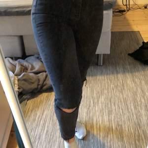 Svarta/urtvättade jeans men hål vid knäna. Använda 2 ggr säljer pga för små storlek 34