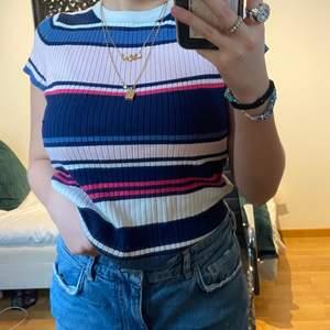 Randig & ribbad söt tröja köpt ifrån H&M för några år sedan, använd ett fåtal gånger. Välldigt fin till våren och sommaren🦜🦩🥊 Passar S-M pga tröjans strech.