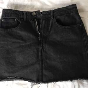 Svart jeanskjol från Zara storlek S, passar XS-S . Möts upp i Örebro och fraktar, köpare står för frakt💛