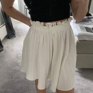 Superfin kjol som aldrig kommit till användning🤍köpt på ginatricot förra sommaren för 399kr✨strl S