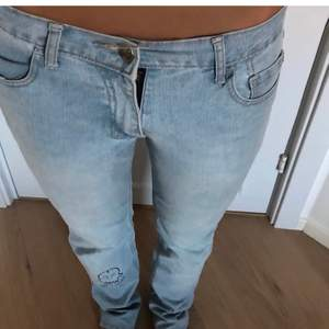 Lågmidjade blåa jeans i S som är skitsnygga men tyvärr för stora på mig😢 BUDA i kommentarerna ifall att d blir många bud. Köparen står för frakten💕💕💕💕 LEDANDE BUD: 1000kr