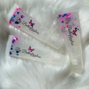 Söta läppglans i färgen clear. De smakar cotton candy. Jag Säljer läppglans,läppoljor och läppskrubbar som även går att beställa på min Instagram by_butterflygloss! Innehåller vitamin E olja, grapeseedoil och kokosolja för att mjukgöra läpparna. Jag har varit väldigt noggrann med hygienen vid produktionen av dessa: uppsatt hår, tvättade tuber, handskar och spritad yta etc! Läppglanset känns väldigt mjukt på läpparna. De  kostar 30kr st. Gåva medföljer vid köp💕 Jag samfraktar gärna!