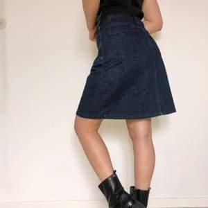 En cool mörkblå jeanskjol från Levi's. Fickor både fram och bak. Mått: omkrets ca 76cm, längd ca 54cm. ❗️Köparen står för frakten❗️Fråga om du har några funderingar🌸🌟