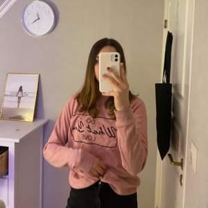 Skön tröja i en häftig ljusrosa färg, använd men i bra skick💓