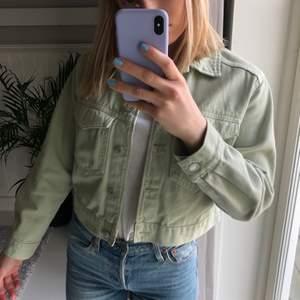 Supersnygg ljusgrön jeansjacka från Gina Tricot.