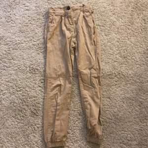 Beige byxor från bershka i storlek 34 använda ett få tal gånger. Bra skick och har öglor som man kan sätta kedjor i. 40 kr plus frakt