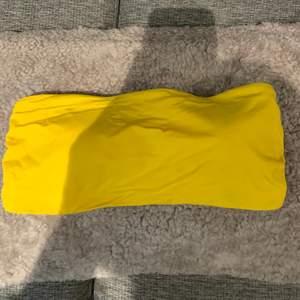 Superfin gul bikini topp, storlek 44 men passar mig som har L/XL på överdelar, säljer för 90kr + 25kr frakt 🤍
