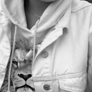 Säljer min hoodie från off zoo. Säljer för att den sitter inte som jag vill att den ska sitta längre. Fortfarande bra skick och jättesnygg!! Nypris: 600kr (köpare står för frakten)