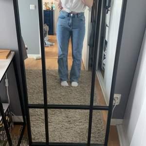 Jeans från boohoo som sitter svin bra och sätter sig efter kroppen. Straight jeans som liknar weekdays jeans rowe