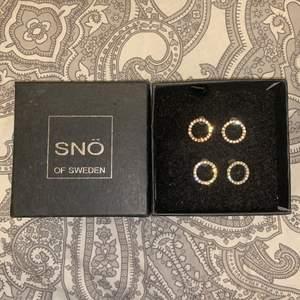 Oanvända örhängen från snö of Sweden. Säljs separat, de ena paret är rosé guld och de andra silver. 14mm i diameter. Säljs inte med förpackning. Pris diskuteras.