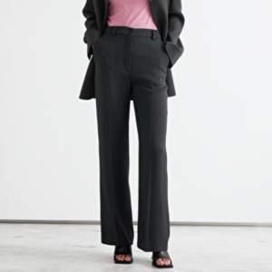 """Raka kostymbyxor från & OTHER STORIES.🖤 En """"vanlig"""" modell för kostymbyxor i svart färg. Smått för långa på mig som är ca 162cm. BUDA!"""