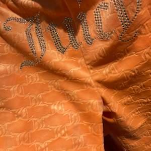 Helt oanvända juicy byxor med lapparna kvar i storlek S, svåra att få tag på! BUDA startbud: 800 högsta bud just nu: 900kr