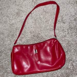 Superfin vintage röd handväska i fint skick!