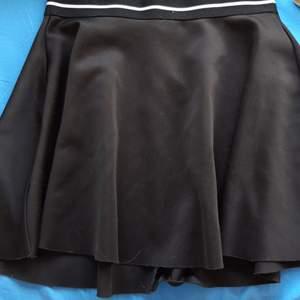 Trendy oanvänd svart kjol i bra skick. Storlek s☺️ men funkar även bra på xs 💓 Koantakta mig vid frågor :) kan mötas upp om du inte vill betala frakt