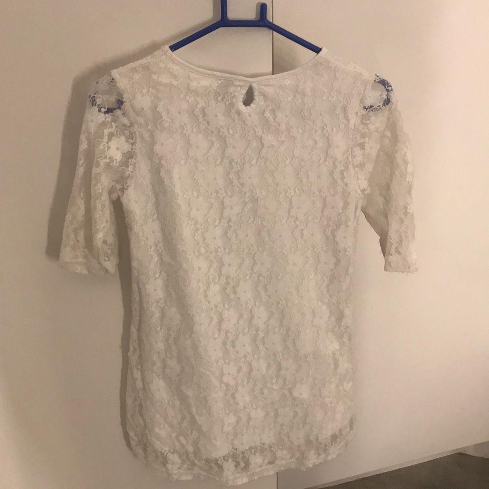 Säljer min tröja då den är för liten. Storleken är runt xs. Frakten står köparen för. . Toppar.