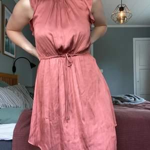Otroligt fin pärsika färgad klänning i satin! Köpte den till ett bröllop men har dessvärre inte använt sedan dess. Tunt material med många fina detaljer! 🧡 Frakt tillkommer🚚