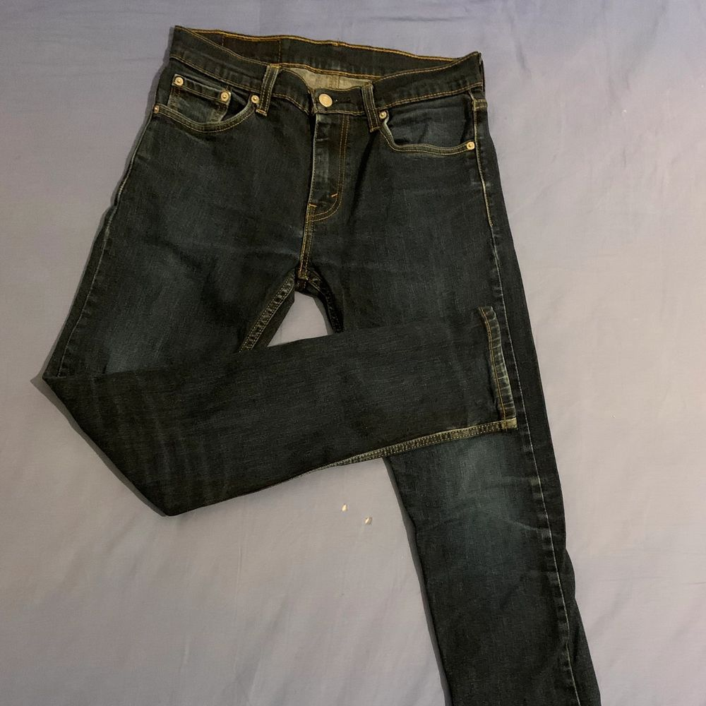 Säljer min killes gamla Levis jeans i storlek w30 L32. Dom är nästan helt oanvända och köpta för 999kr från NK. Inga slitningar alls och jättefina på.. Jeans & Byxor.