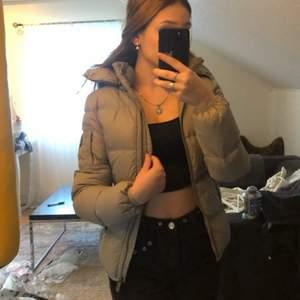 En super snygg och sprillansny jacka perfekt till alla årstider, fin grå färg och väldigt bekväm & varm. Köp!!!!😍😍