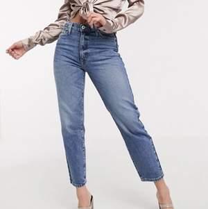 Jeans i såå snygg färg från River Island! Säljer då jag råkade beställa fel storlek. Står 38, men ganska stora så passar nog 40. Kortare modell. Midwaisted!! Superfint skick, endast använda 2 gånger🙌
