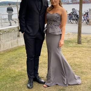 Säljer nu min fina balklänning som jag hade denna sommaren 2020 på min bal. En väldigt vacker och speciell klänning, men stenar på framsidan samt volang vid midjan. Nypris 5000kr, säljer den för 3000kr. Storlek XS.