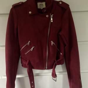 Säljer denna mocka jackan, då den inte kommer till användning längre. Jackan är i ett jätte bra skick och ser helt ny ut, då jag knappt har användt den. Superskön att ha på sig!!!❤️❤️