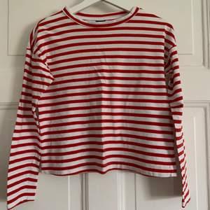 Långärmad vit och röd randig tröja från Ginatricot är så himla fin, säljer på grund av för liten.
