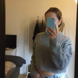 Super mysig stickad grå långärmad tröja med lite svarta detaljer på armarna !! Avndänd endast en gång o säljer eftersom jag inte tycker att den sitter bra på mig. Lite kortare i modellen men super fin💗köparen står för frakten !!