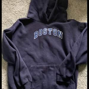 Hjälper min syster sälja kläder hon inte använder! Snygg hoodie från okänt märke, storlek S. Köpare står för frakt på 66 kr🤍 Skriv privat för fler bilder!