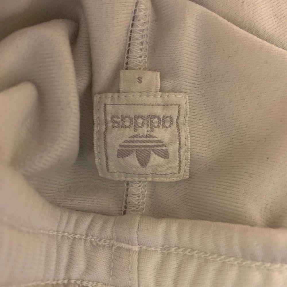 Säljer mina vita adidas mjukisbyxor i storlek s. Dom har gröna deltaljer. Är i väldigt bra skick och använda fåtal gånger. Pyttelite genomskinliga men med rätt underkläder så syns det inte.. Jeans & Byxor.
