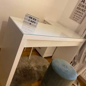 Säljer nu mitt sminkbord då det inte kommer till användning, helt ny inga skador, glas ovanpå